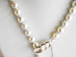 南洋玉パールネックレス 8.5~9.0mm真珠の色あい ナチュラルグレー 形(セミラウンド) クラスプ(留め金具)長さ調節ができます。 ¥255,000