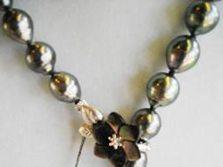 南洋玉パールネックレス 8,3~10.9mm 真珠の色あい ブラック 形 バロック(変形) クラスプ(黒蝶貝花柄留め金具)長さ調節ができます。 ¥135,000 SOLDOUT