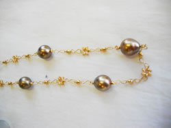 南洋玉K18ピンクゴールドネックレス9.5~11.0mm真珠の色あい ブラックピンクゴールド 丸かんの留める場所を変えて長さ調節ができます。 ¥210,000